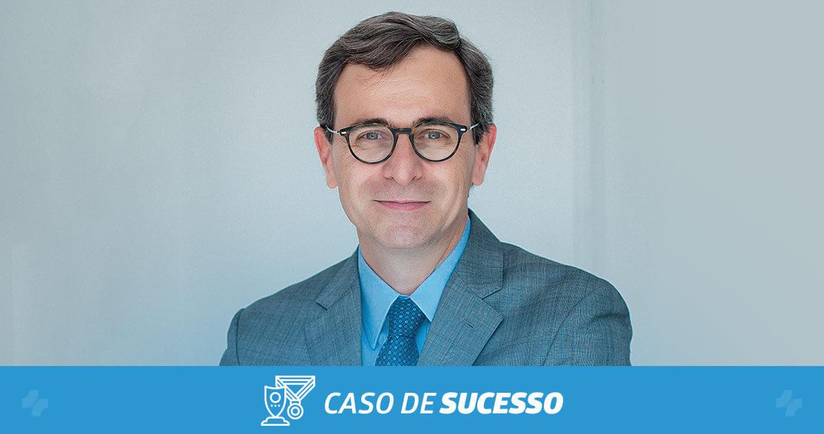 Como o Dr. Carlos inovou seu atendimento com o iClinic após 25 anos de carreira?